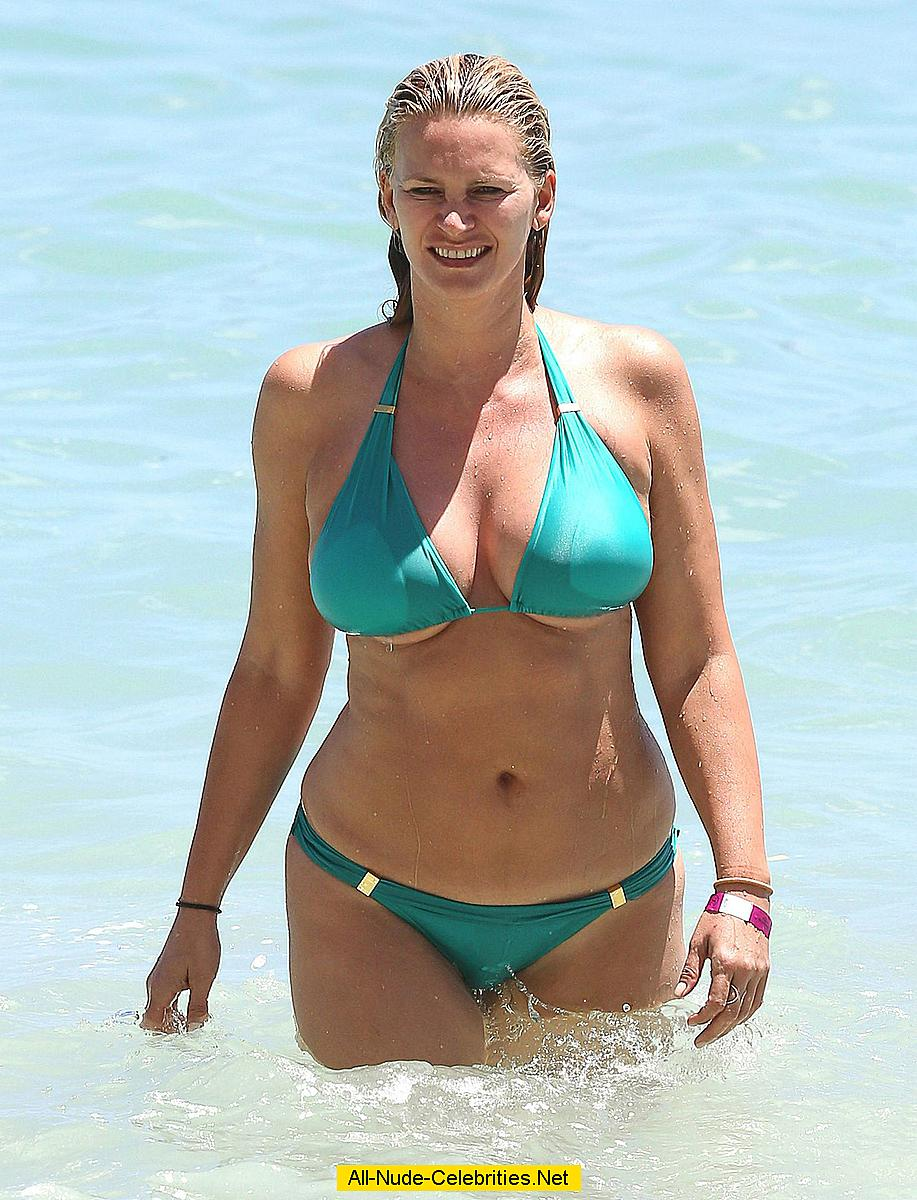 Natasha Henstridge wearing a bikini at a beach in Hawaii: www.easycelebritys.com/n/natasha_henstridge_11/topcelebs.html